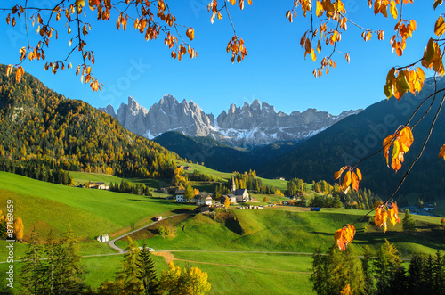 Foto  Dolomites mountain village in autumn