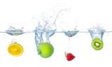 Verschiedene Früchte fallen ins Wasser mit Spritzern