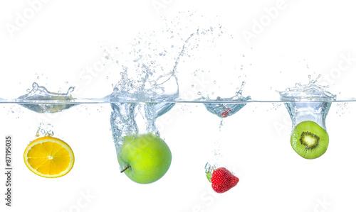 rozne-owoce-wpadaja-do-wody-z-odpryskami
