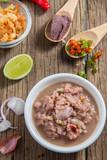 Jedzenie z kuchni Tajskiej wraz z pastą i składnikami