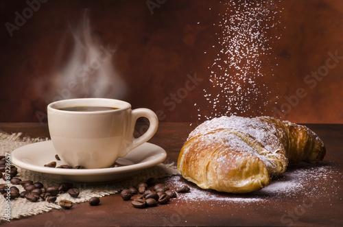 Fotografia tazzina di caffè con cornetto e zucchero a velo