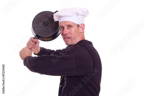Koch holt mit der Pfanne aus Poster