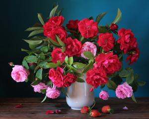FototapetaКрасные и розовые розы в вазе. Натюрморт с букетом роз в кувшине.