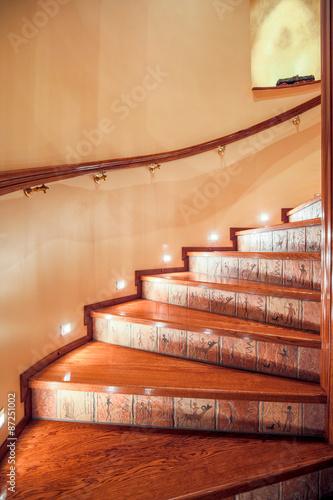 podswietlane-drewniane-schody