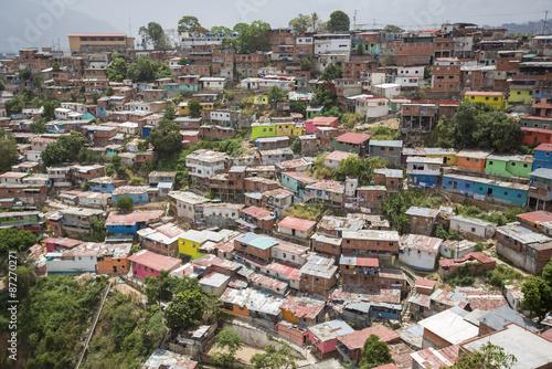 dzielnica-slumsow-w-caracas-z-malymi-drewnianymi-domami-w-kolorze