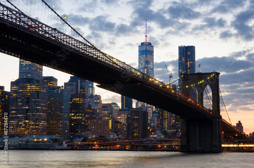 Plagát  Brooklyn Bridge over East River at night in New York City