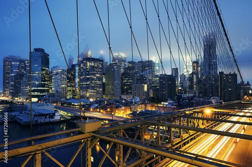 na-moscie-brooklynskim-ruch-samochodow-swit