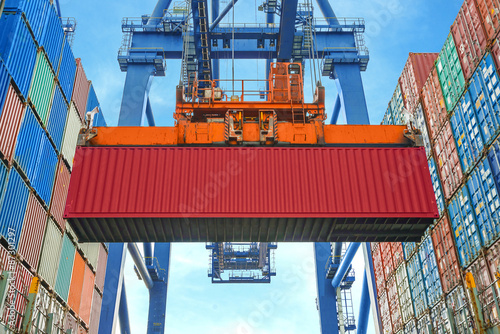 Fotografía  Shore crane loading containers in freight ship