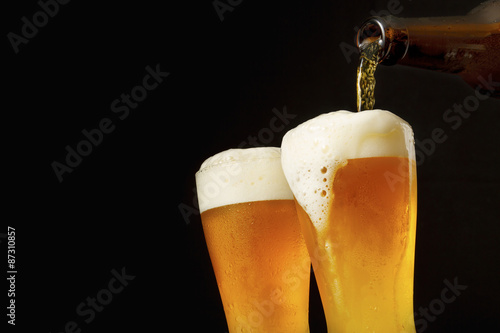グラスにビールを注ぐ Pouring beer into glass Poster