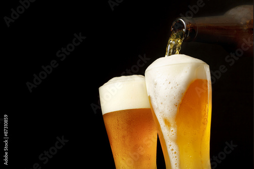 Photo グラスにビールを注ぐ Pouring beer into glass