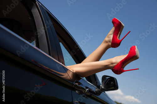 Fotografia  Sexy young woman feels freedom in her car