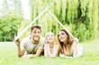 Leinwandbild Motiv Familie im Grünen träumt vom Haus