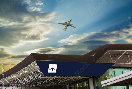 Foto op Aluminium Luchthaven Airport at sunset with an airplane taking off