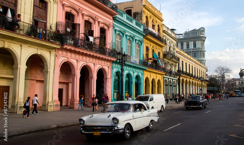 obraz PCV Classic cars and antique buildings in Havana, Cuba