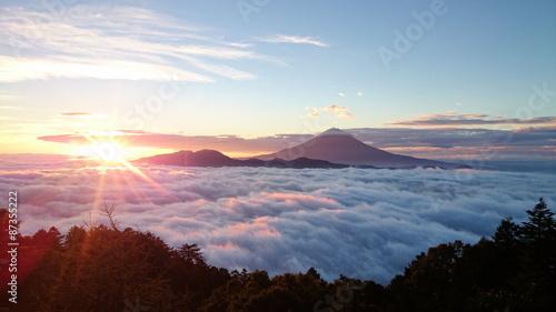 In de dag Ochtendgloren 雲海に浮かぶ富士山と御来光