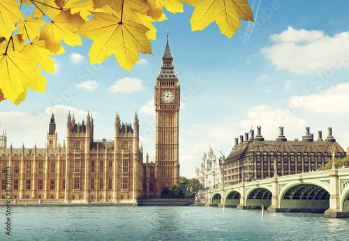 jesienne-liscie-i-big-ben-londyn