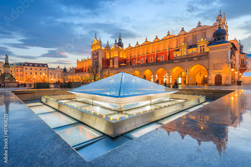 Foto op Plexiglas Krakau Cloth Hall Sukiennice building at night on main square of Krakow city, Poland