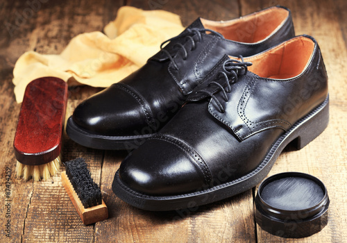 Fotografia  black  shoes with care accessories