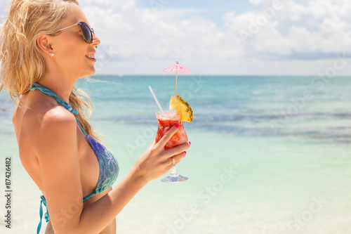 Poster Lieu connus d Asie Woman drinking strawberry margarita cocktail on the beach