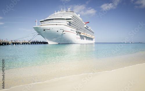 Fotografia  Cruise ship visit caribbean island