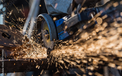 Fotografia Grinding machine in action with bright sparks