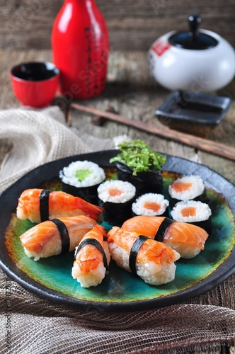 Poster Sushi bar homemade sushi with wild salmon, shrimp, cucumber and seaweed. selective focus