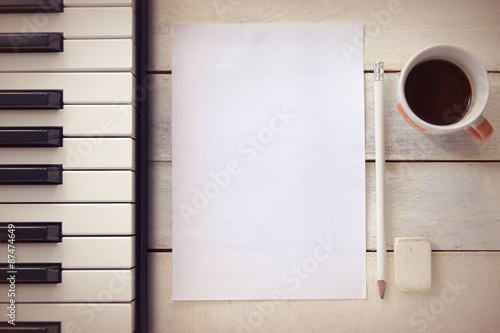 Fotografía  Inspirational background with a piano on a wooden table while composing