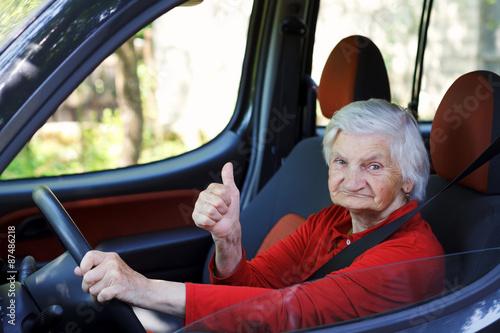 Fotomural Senior woman driving