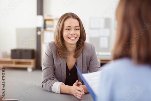 junge frau in einem bewerbungsgespräch