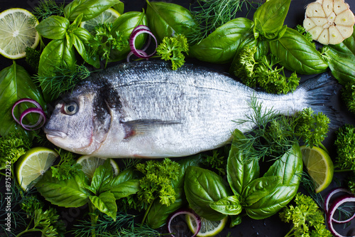 Photo fresh raw dorado fish with spicy herbs