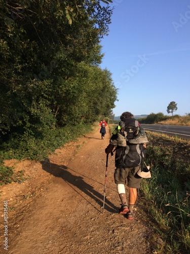 Fotografía  peregrino lesionado en un tramo del camino de santiago