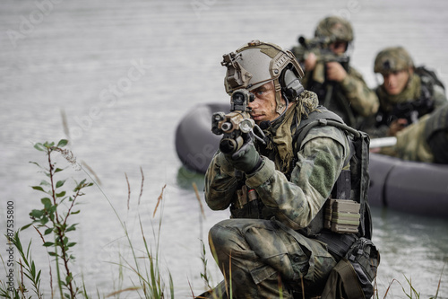 Fotomural  Portrait of a ranger in the battlefield with a gun