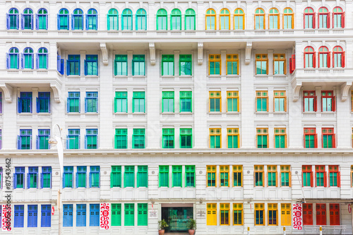 Tuinposter Singapore Colorful building in Singapore