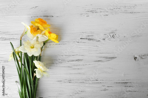 Papiers peints Narcisse Fresh narcissus flowers on wooden background