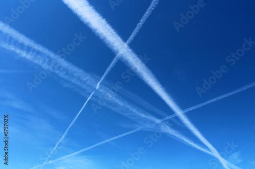 Fotografie, Obraz  Traînées blanches d'avions dans le ciel
