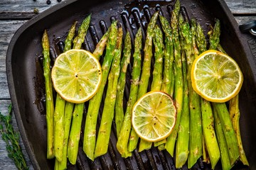 Panel Szklany Grill grilled organic asparagus with lemon