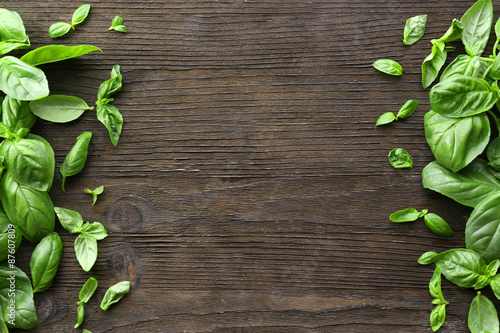 Papiers peints Herbe, epice 2 Green fresh basil on wooden background