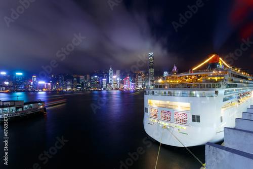 Plakat  Illuminated Cruise ship and panoramic skyline of hong kong