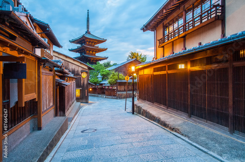 Papiers peints Kyoto Japanese pagoda and old house in Kyoto at twilight