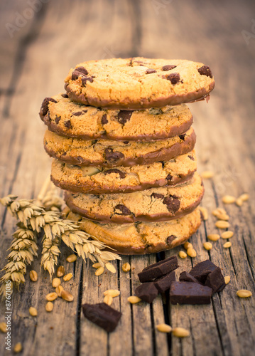 Papiers peints Biscuit Stacked chocolate chip cookies on the wooden table