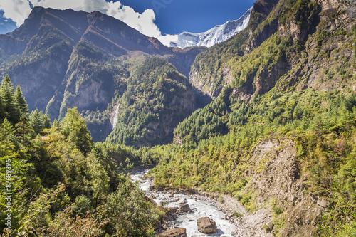 Kolory fototapet rzeka-nadchodzaca-przez-doline-miedzy-wielkimi-gorami