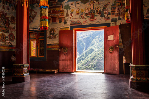 Fotografia Buddhist monastery in the middle of the mountain.