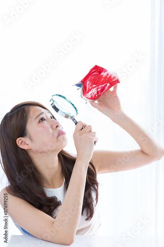 Fotografie, Obraz  財布を虫眼鏡で覗く女性