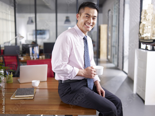 Fotografia  portrait of a happy asian business executive in office