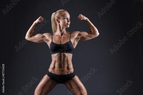 obraz dibond Portret pięknej dziewczyny w sportowych studio