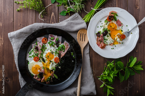 Papiers peints Ouf Fried eggs with ham and herbs