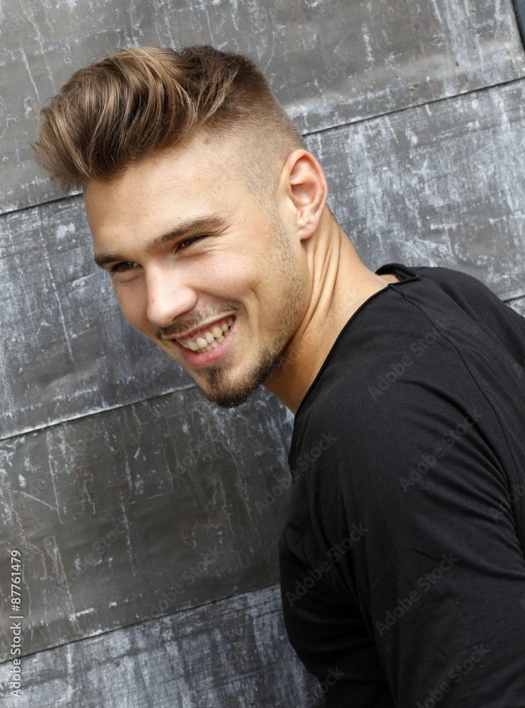 Photo Art Print Attraktiver Junger Mann Mit Undercut Frisur Lacht