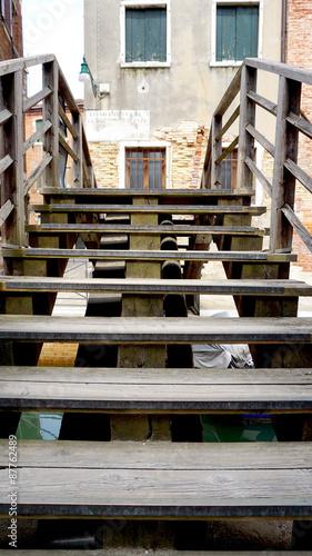 drewniane-schody-nad-przeplywajacym-kanalem-w-wenecji