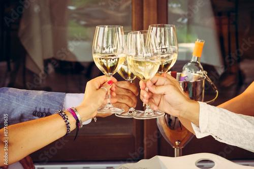 Aperitivo e brindisi con bichieri di vino bianco Canvas Print