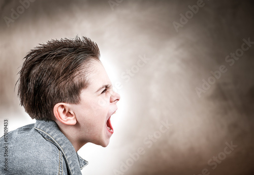 bambino infuriato Wallpaper Mural